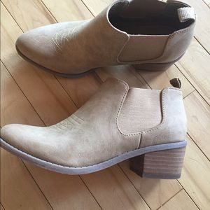 Sz8 vegan leather AEO ankle Booties
